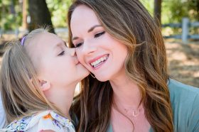 neilson family photography bay area photographer pleasanton mom daughter kiss